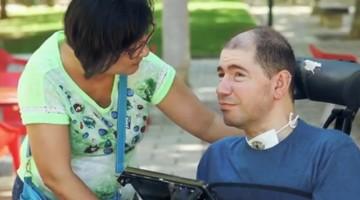 Un amor incondicional que no sabe de barreras por la discapacidad, así es el amor de Charlie y Puri.