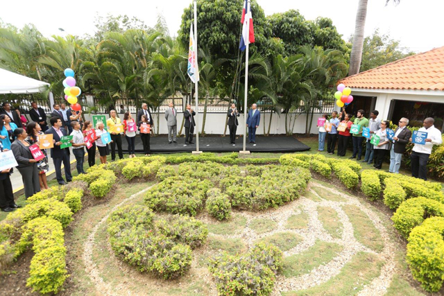 En la izada de la bandera participó la Coordinadora Técnica de La Red en República Dominicana en representación del sector.