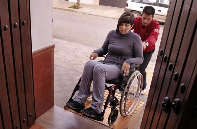 La falta de accesibilidad provoca que las personas con discapacidad no puedan salir de sus hogares. Foto de 20minutos.es