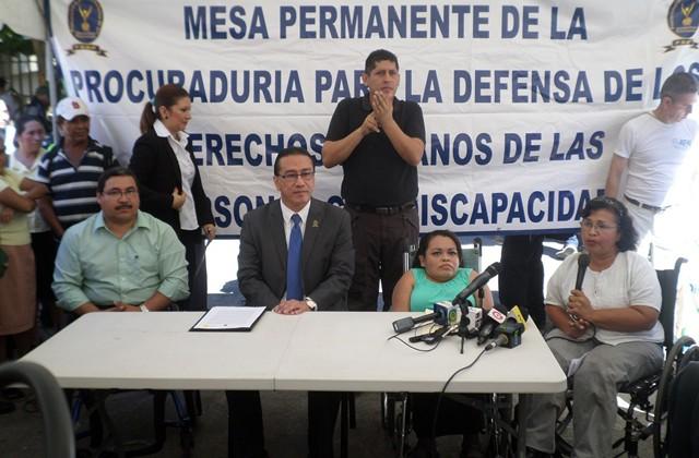 Fátima Solís de ACOGIPRI dando sus palabras en la entrega de la propuesta de ley, junto a otras entidades de personas con discapacidad junto a la PDDH.