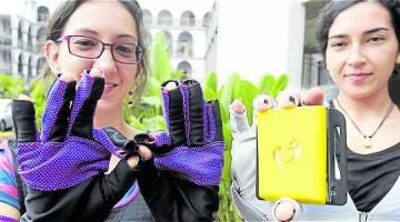 Foto: David Sánchez Mejía/EL TIEMPO Los guantes creados por investigadores de la U. San Buenaventura funcionan con un pequeño computador de 120 gramos.