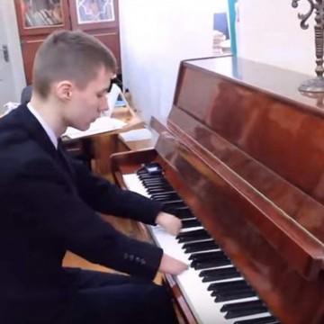 Alexey Romanov, un joven de 15 años de la ciudad rusa de Zelenodolsk, se ha convertido en una estrella de Youtube con sus vídeos tocando el piano.
