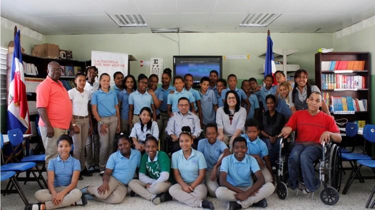 Foto grupal de uno de los talleres impartidos en la escuela Minerva Mirabal